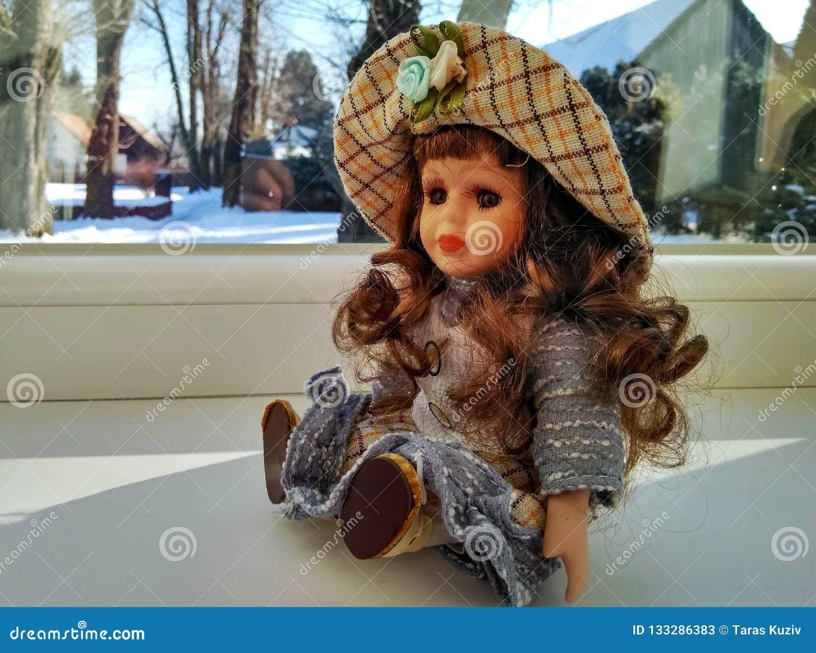 Bambola d annata con capelli ricci