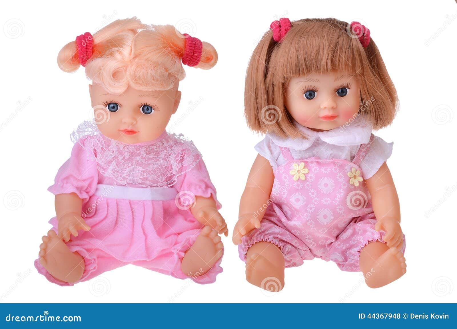Bambole delle ragazze che si siedono in vestito variopinto