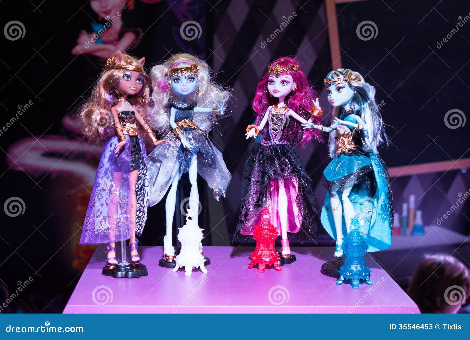 Bambole gotiche di barbie al g viene il giocare a milano for Bambole barbie