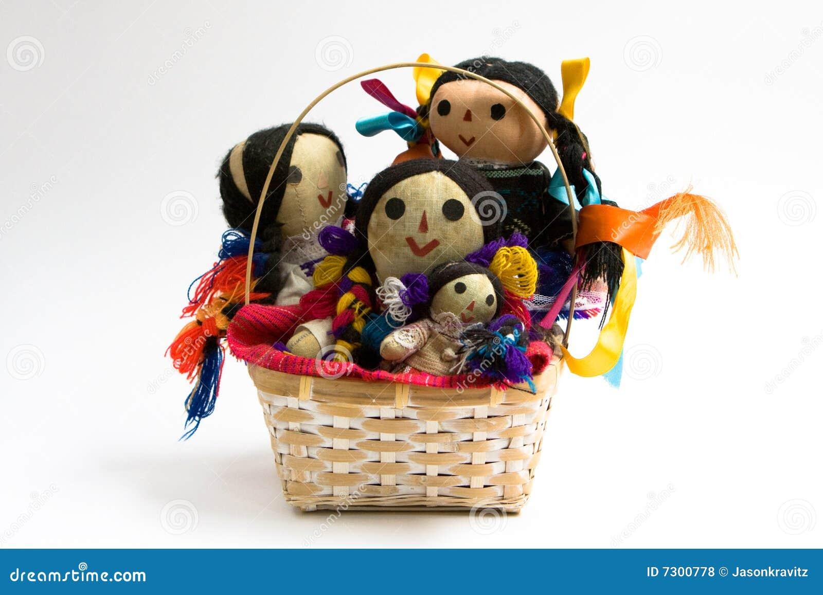Bambole in un cestino