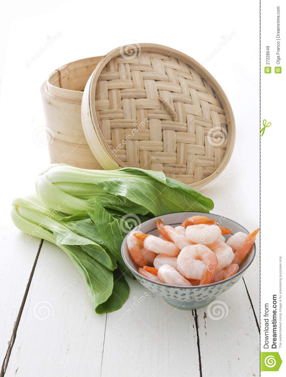 Bamboo steamer, bok choy and prawns