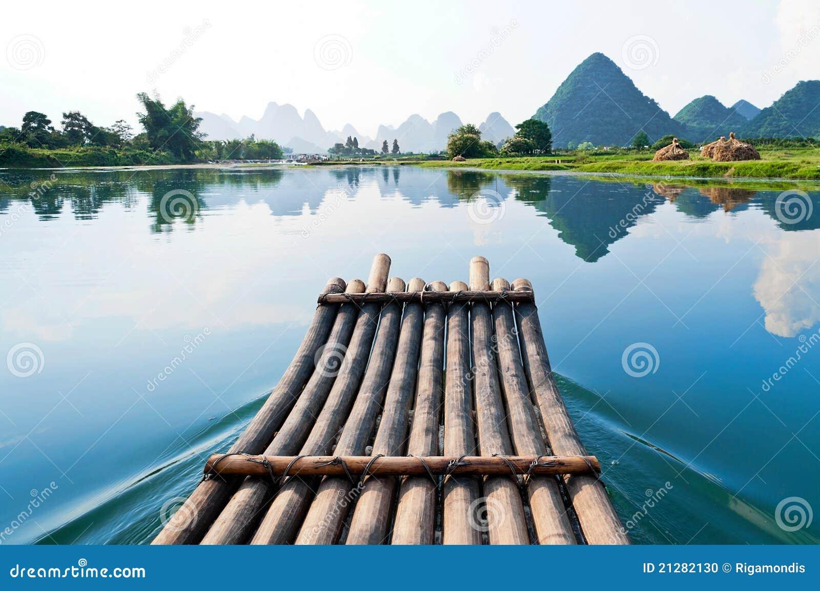 Bambu que transporta no rio de Li