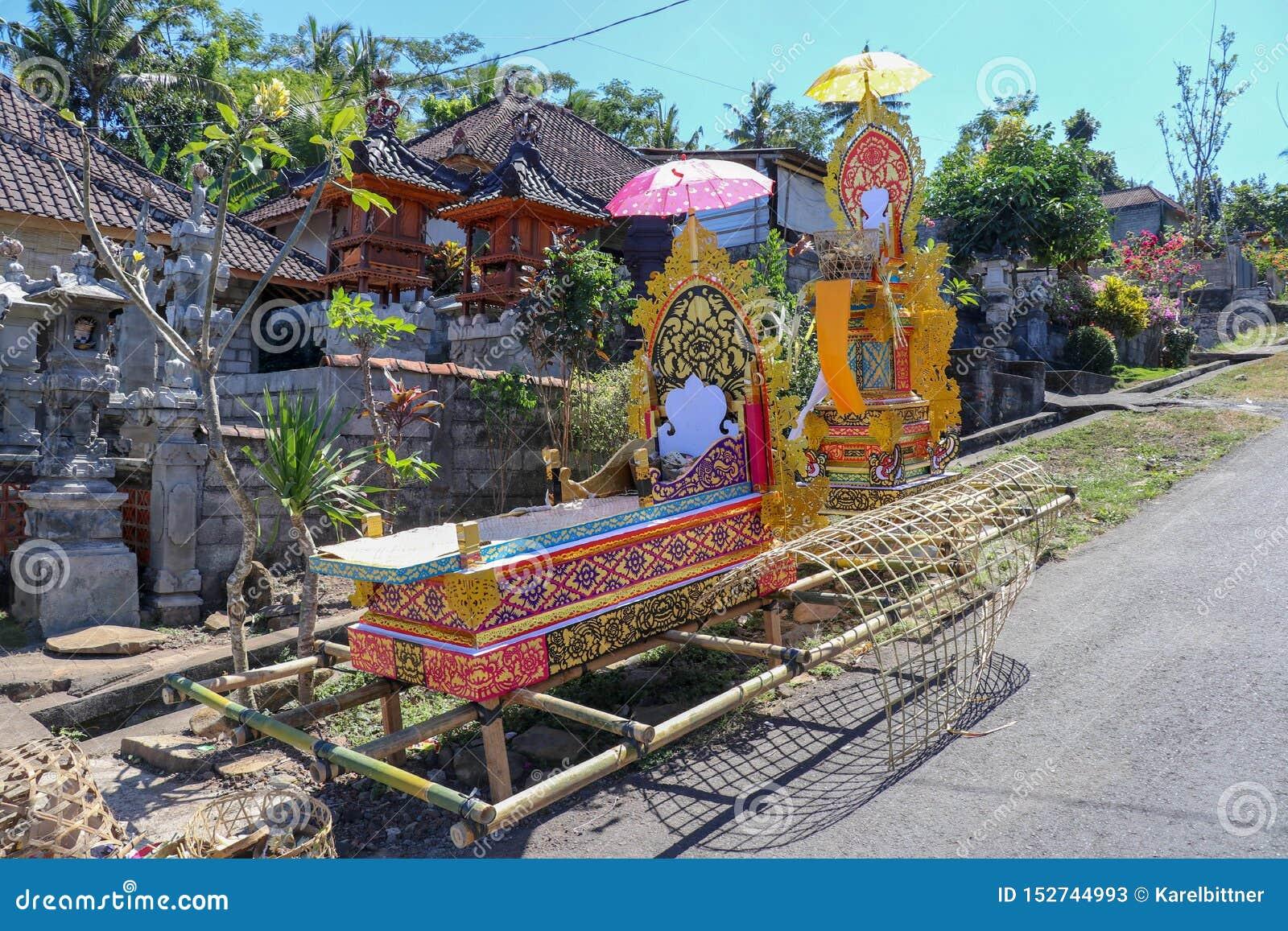 Bambujordfästningkull Under den begravnings- ritualen betraktar hinduiska troenden kroppen av det avlidet att vara likbåren