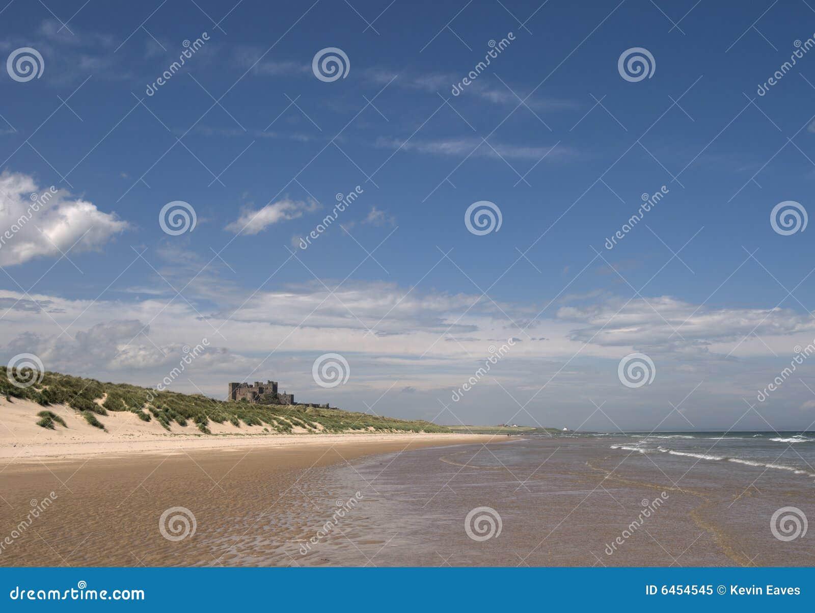 Bamburgh plaży zamku
