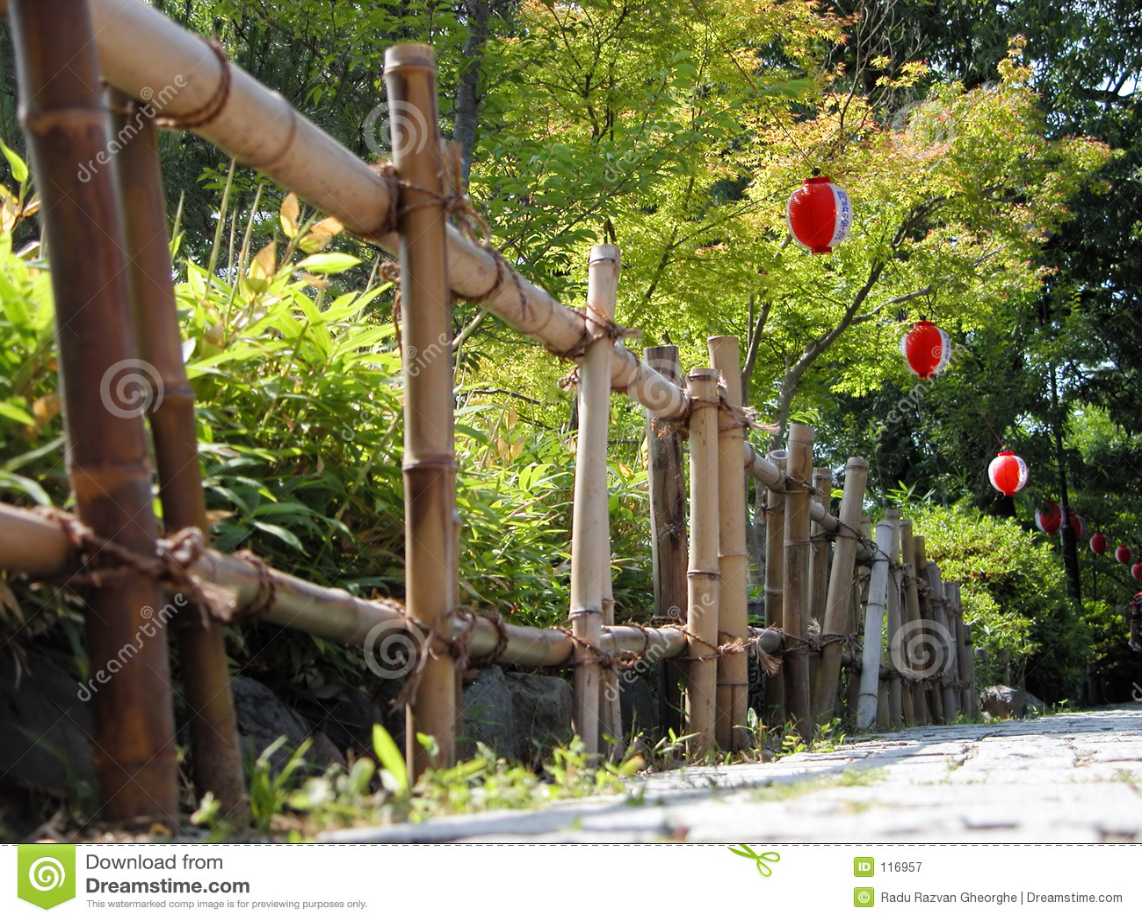 Bambuszaun und Papierlaternen