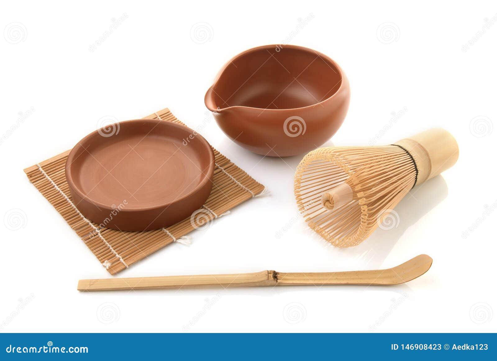 Bambute viftar för matcha på vit bakgrund, traditionell kultur av japansk matchateaware