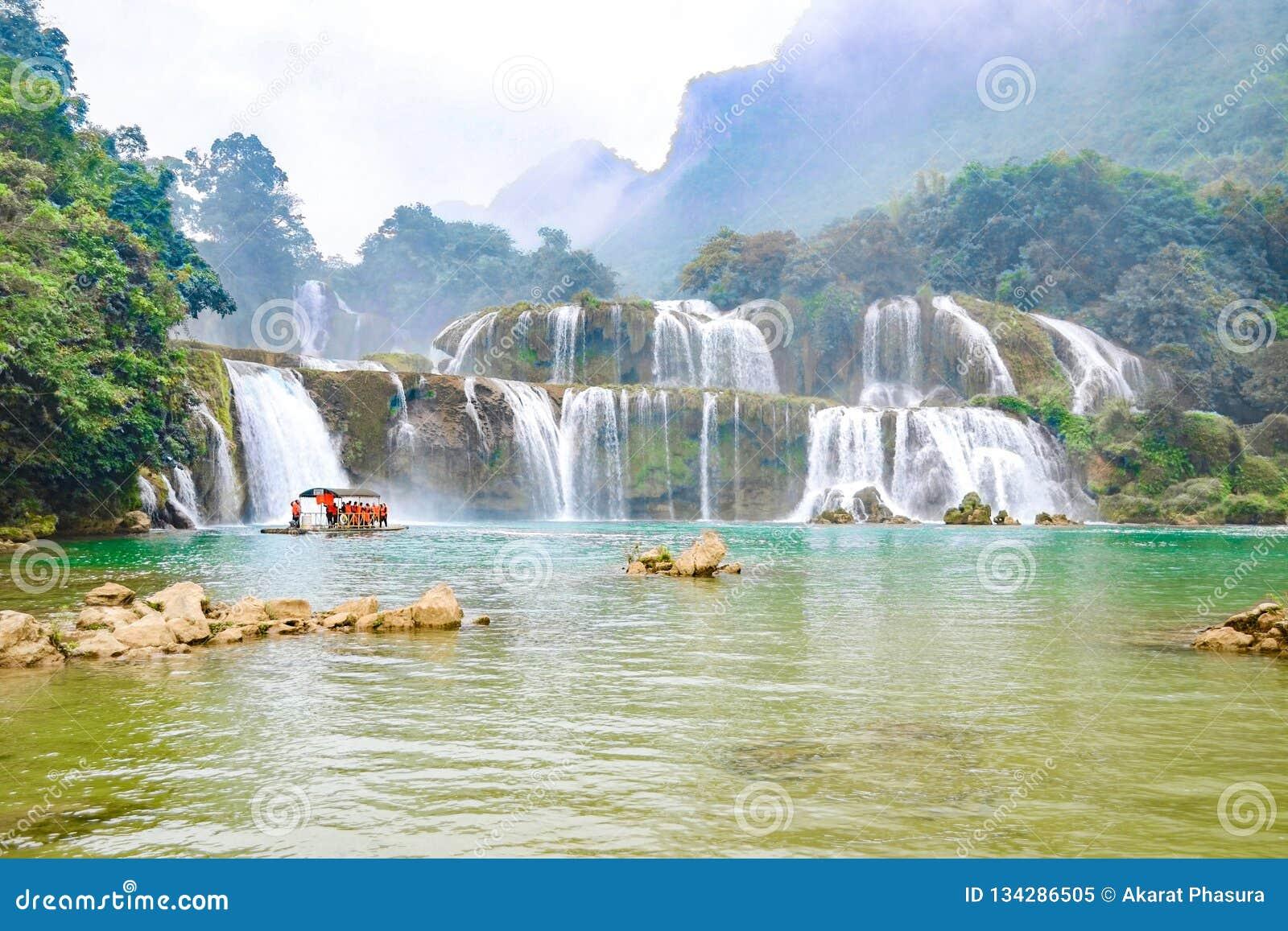 Ban Gioc Waterfall o Detian Falls, Vietnam' la cascada más conocida de s situada en la frontera de Cao Bang cerca de China