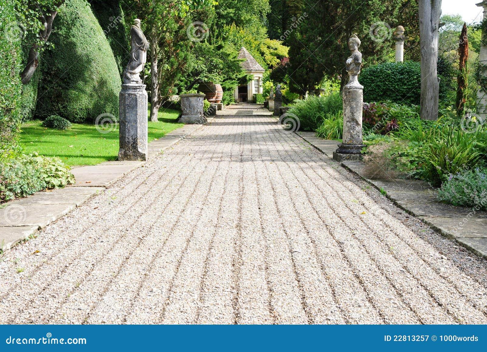 Bana i en engelsk formell trädgård