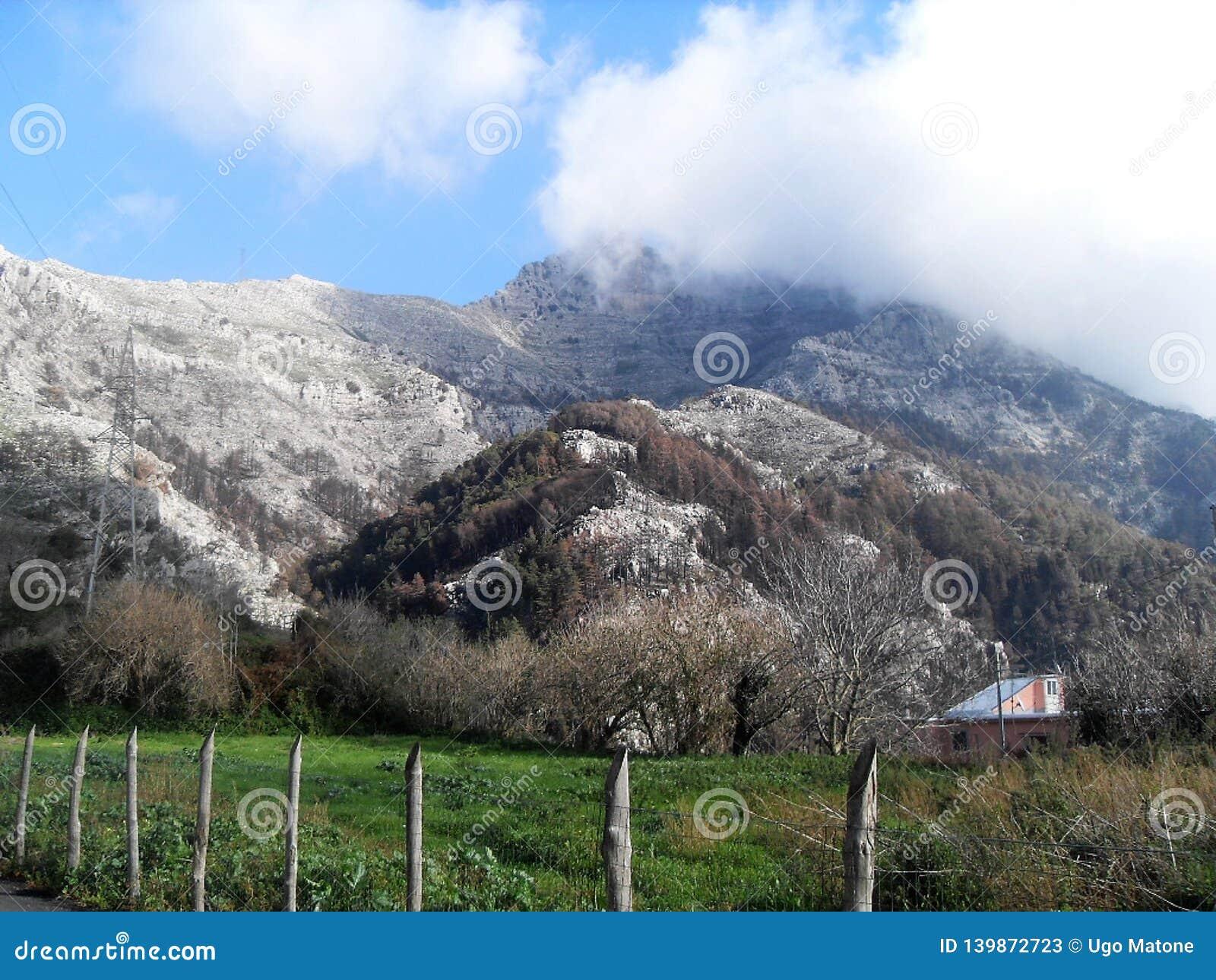 Bana och sikt av monteringen Faito i suden Italien