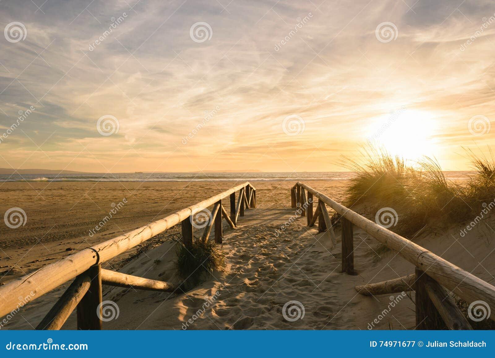 Bana på sand på solnedgången, Tarifa, Spanien