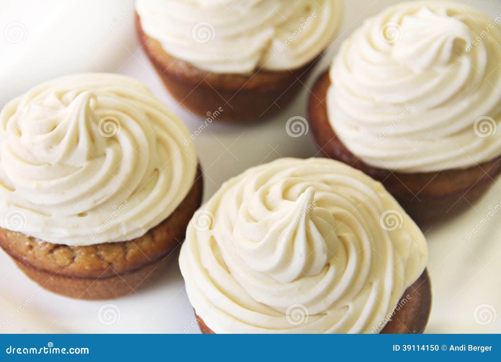 Banaan Cupcakes met Esdoorn die bovenkant berijpen