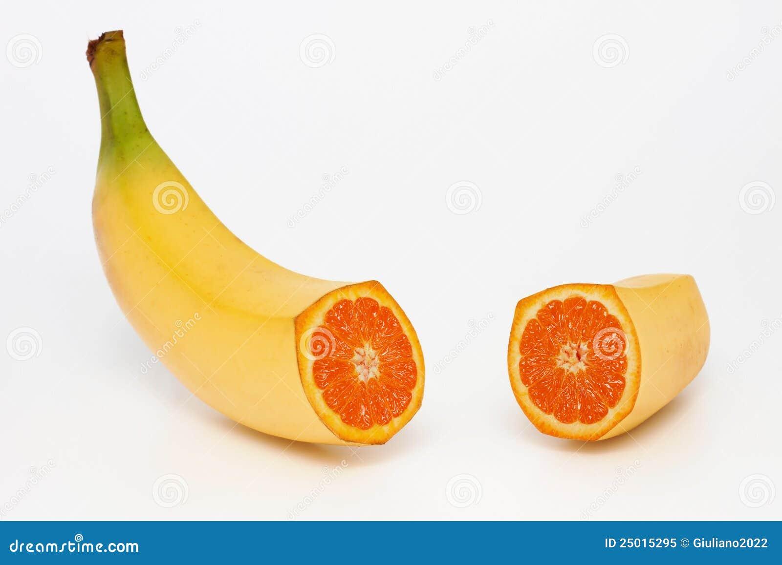 Banaan die een sinaasappel bevat
