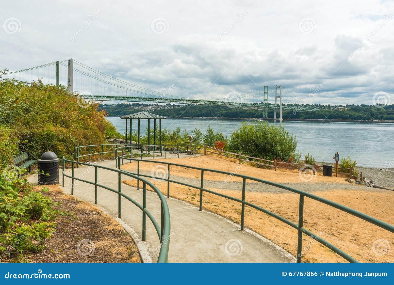 Banan till parkera i trångt pass stålsätter broområde i Tacoma, Washington, USA