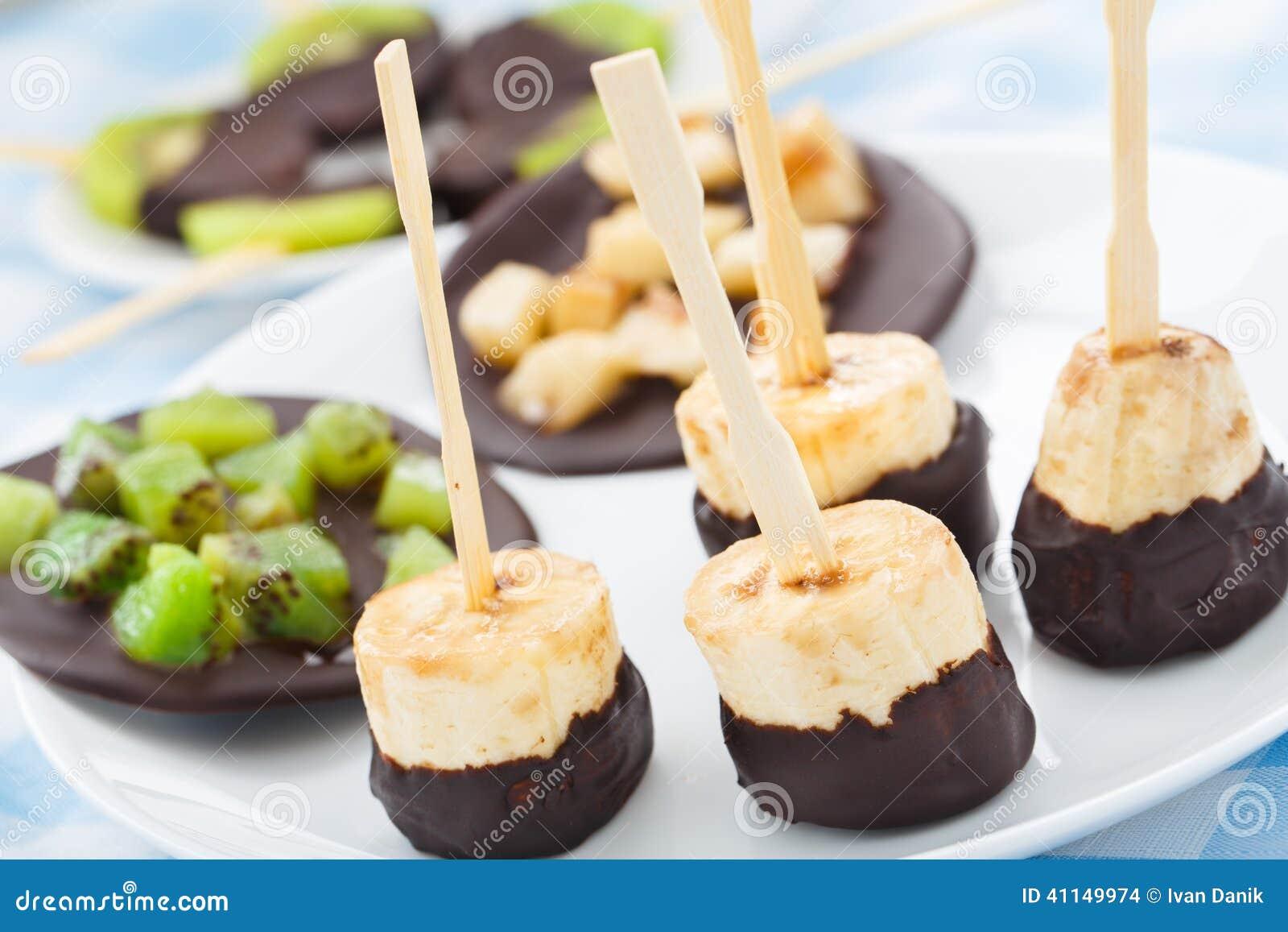 Banana com chocolate em uma vara