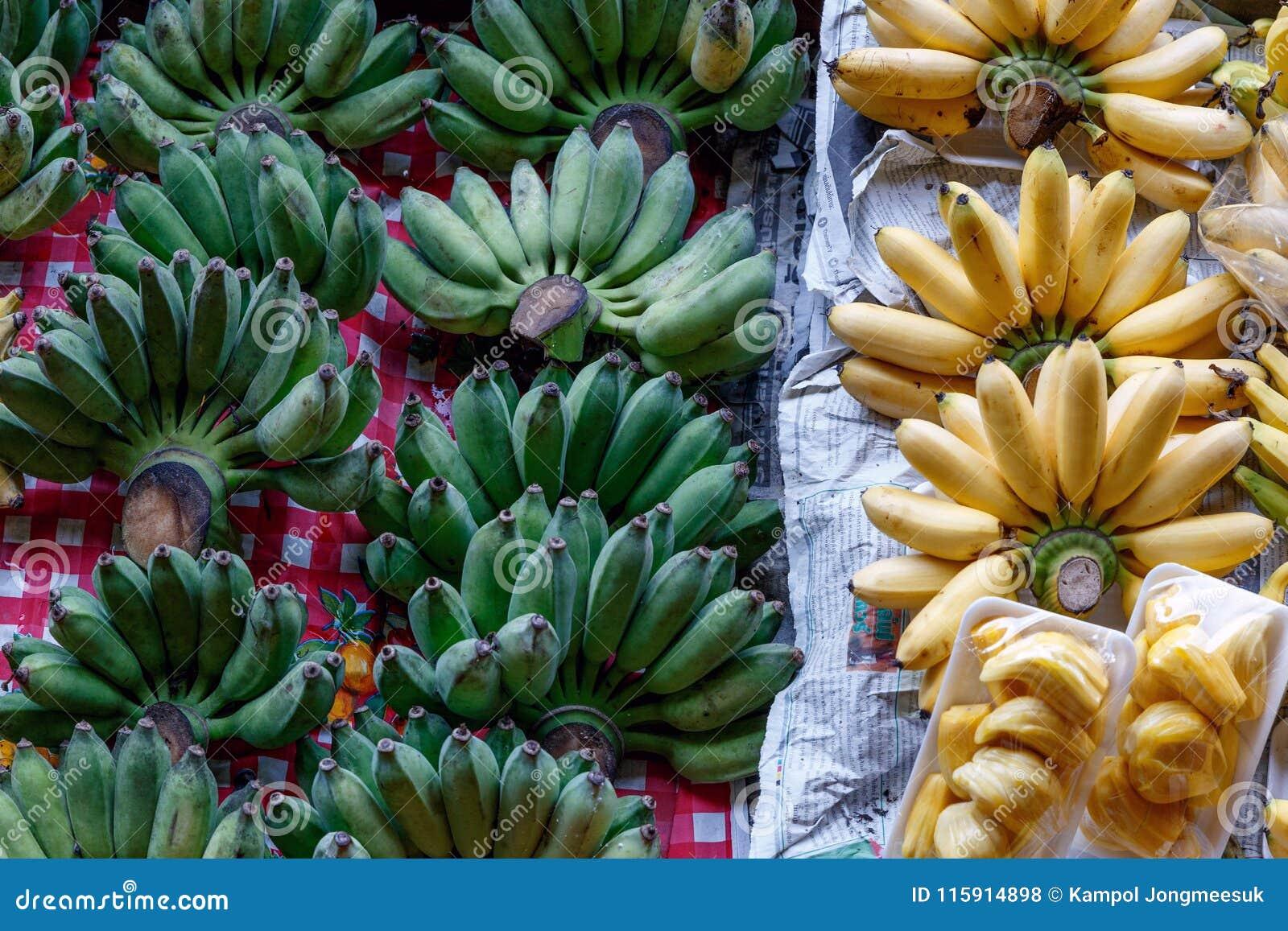 Banana e giaca di freschezza nella barca al mercato di galleggiamento