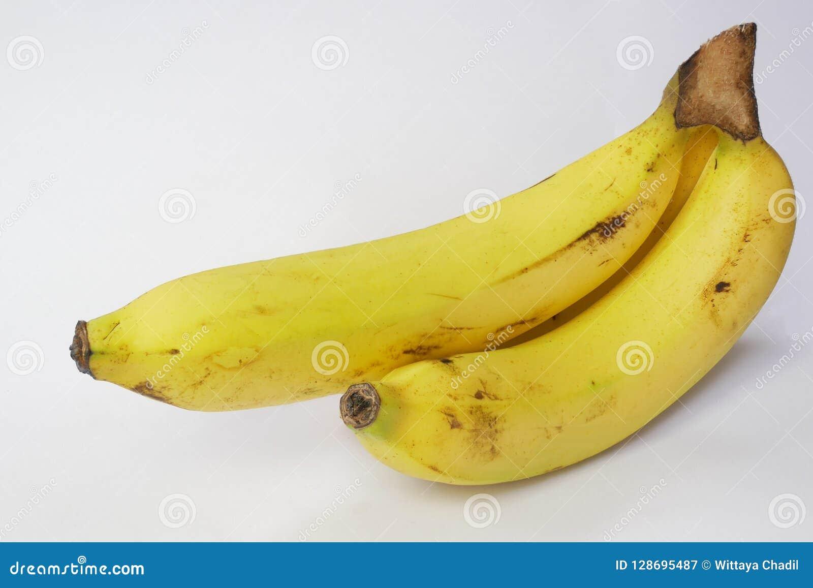 Banana isolada no branco com trajeto de grampeamento e espaço da cópia