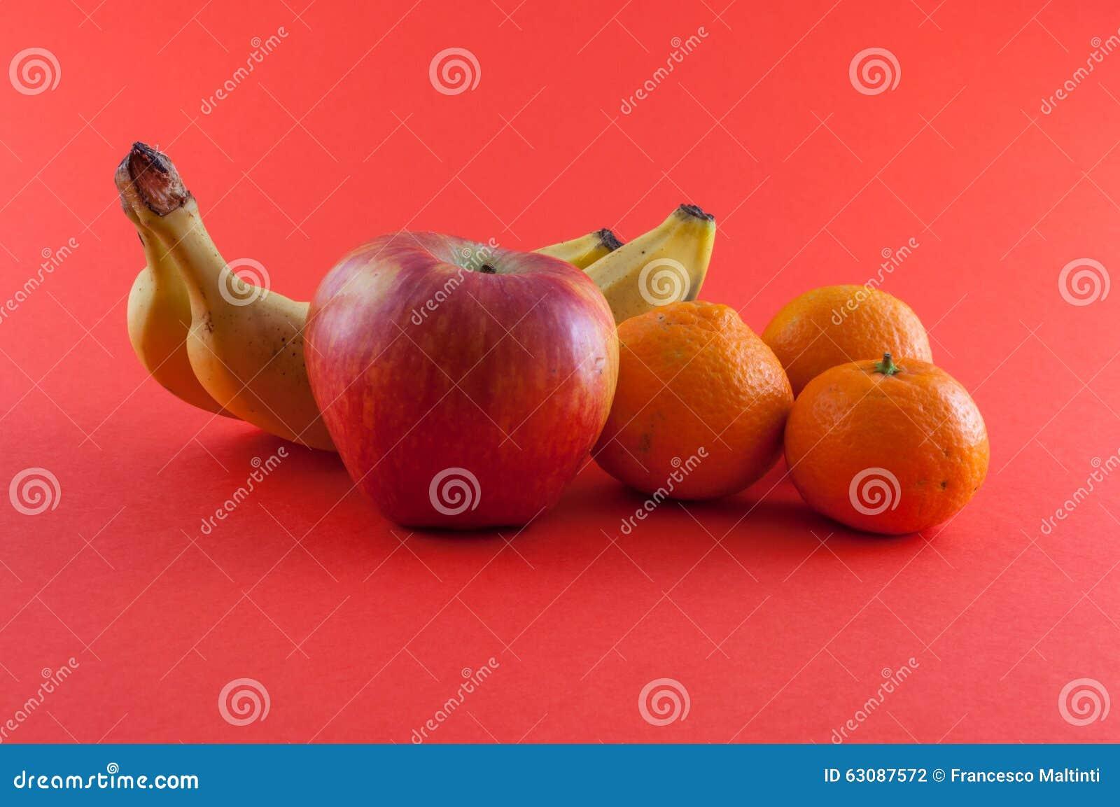 Download Banane, pomme et mandarine photo stock. Image du croûte - 63087572