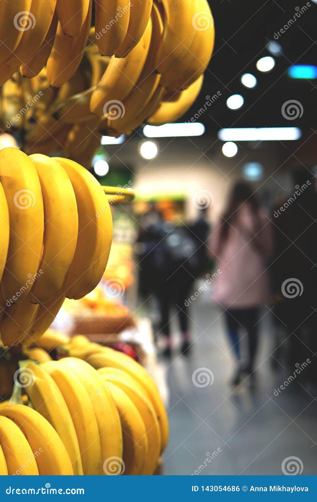 Bananen en vaag beeld van supermarkt