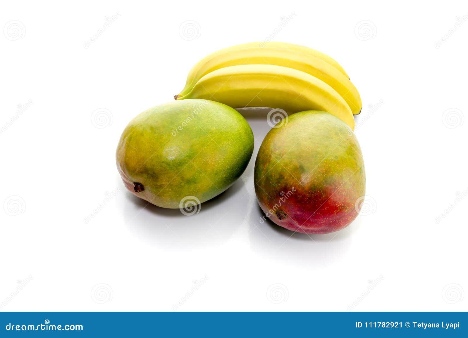 Bananen und Mango auf einem weißen Hintergrund