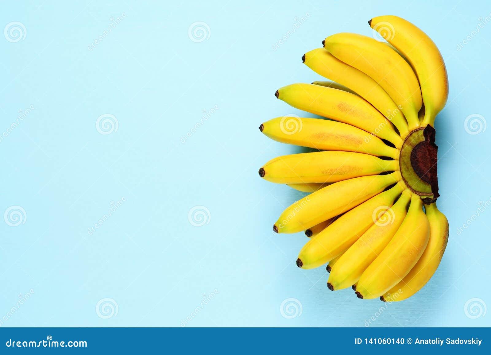 Bananes de bébé sur le bleu