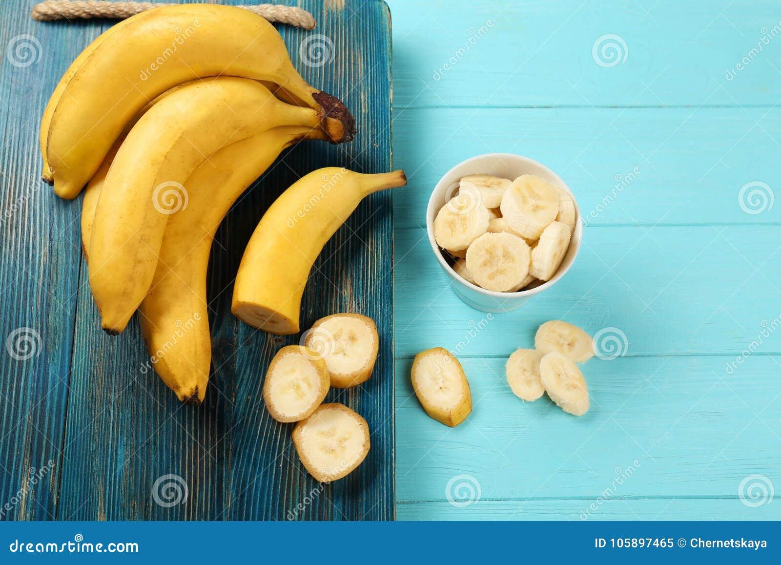Bananes et cuvette délicieuses avec des tranches