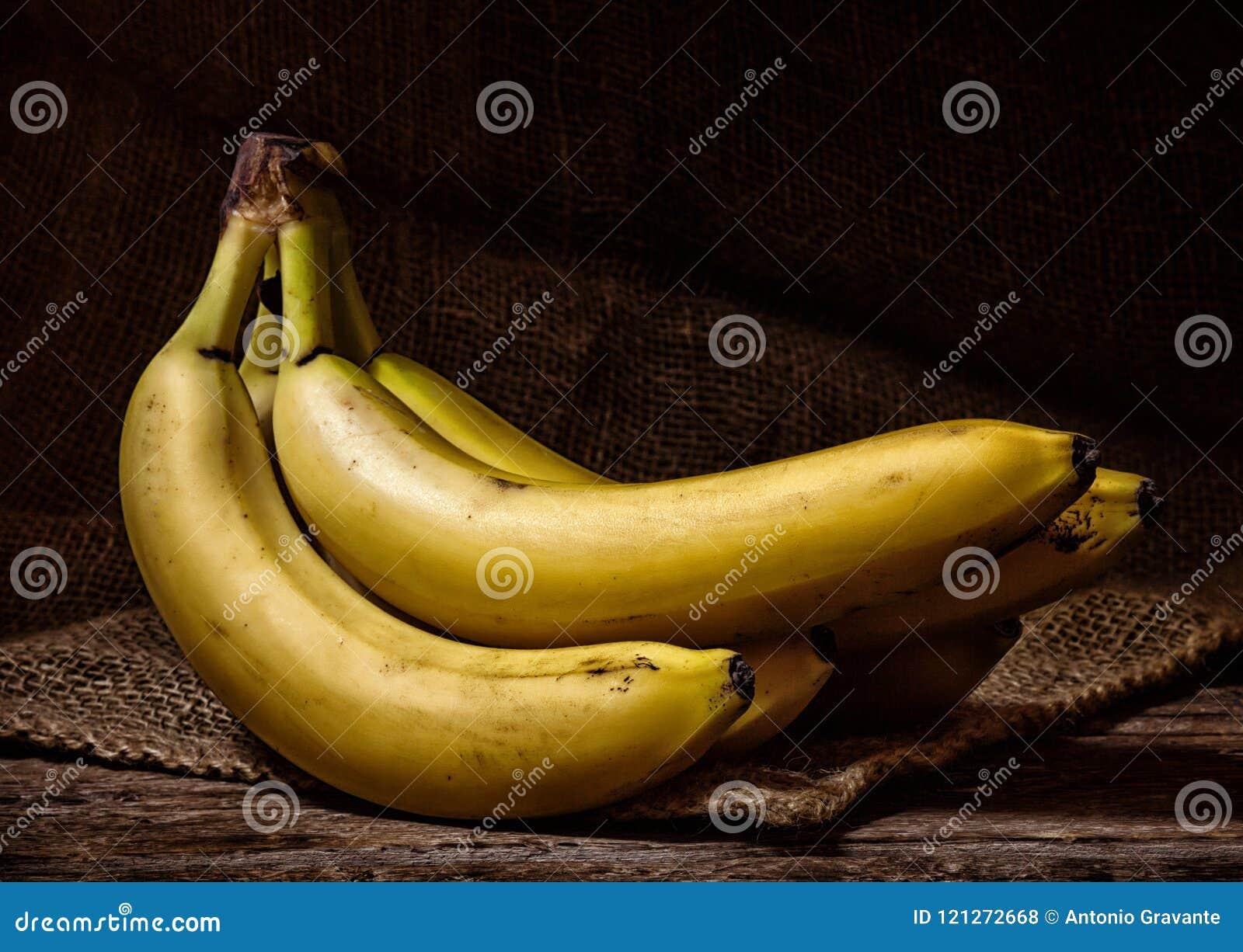 Bananes jaunes sur un Tableau en bois