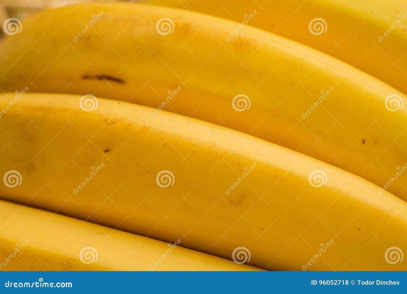 Bananes organiques, †latin «musa Fruits de banane sur le fond naturel de paille