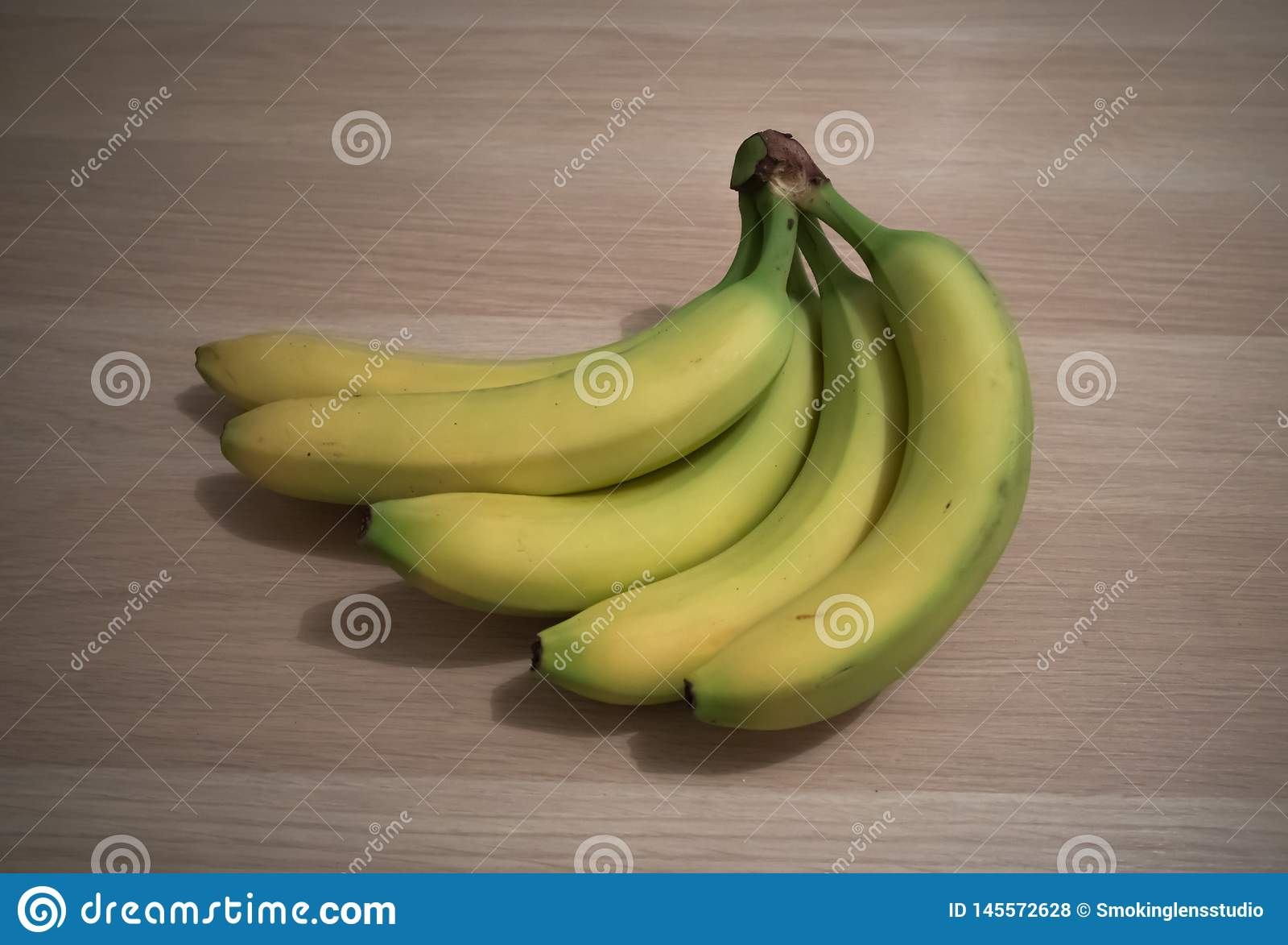 Bananes sur la table en bois