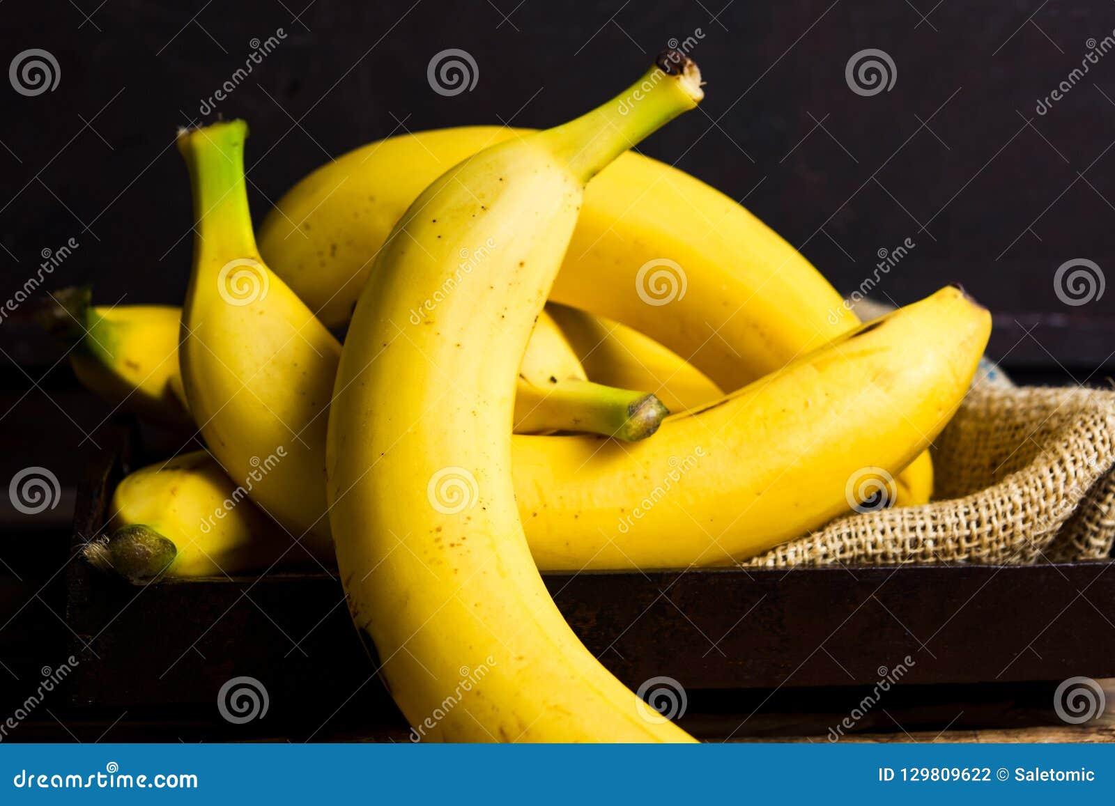 Bananes sur une table rustique