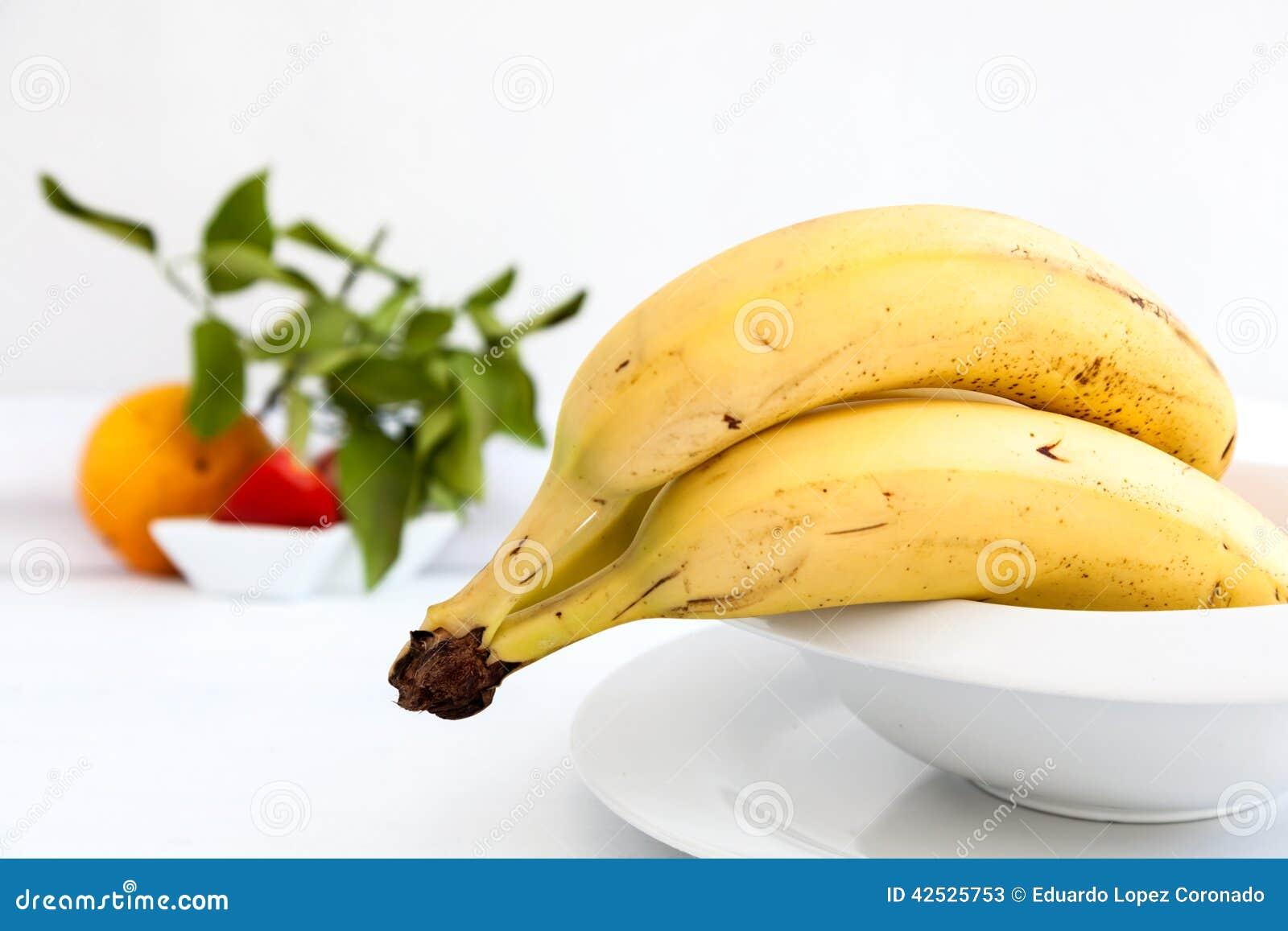 Banany na bielu talerzu