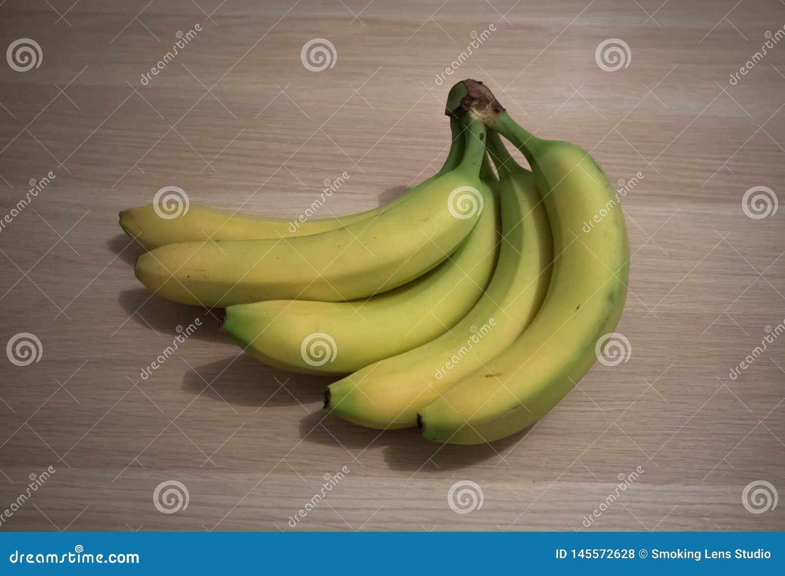Banany na drewnianym stole