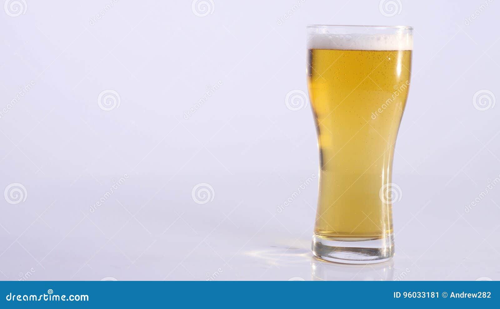 Banatka na szkle piwo na białym tle