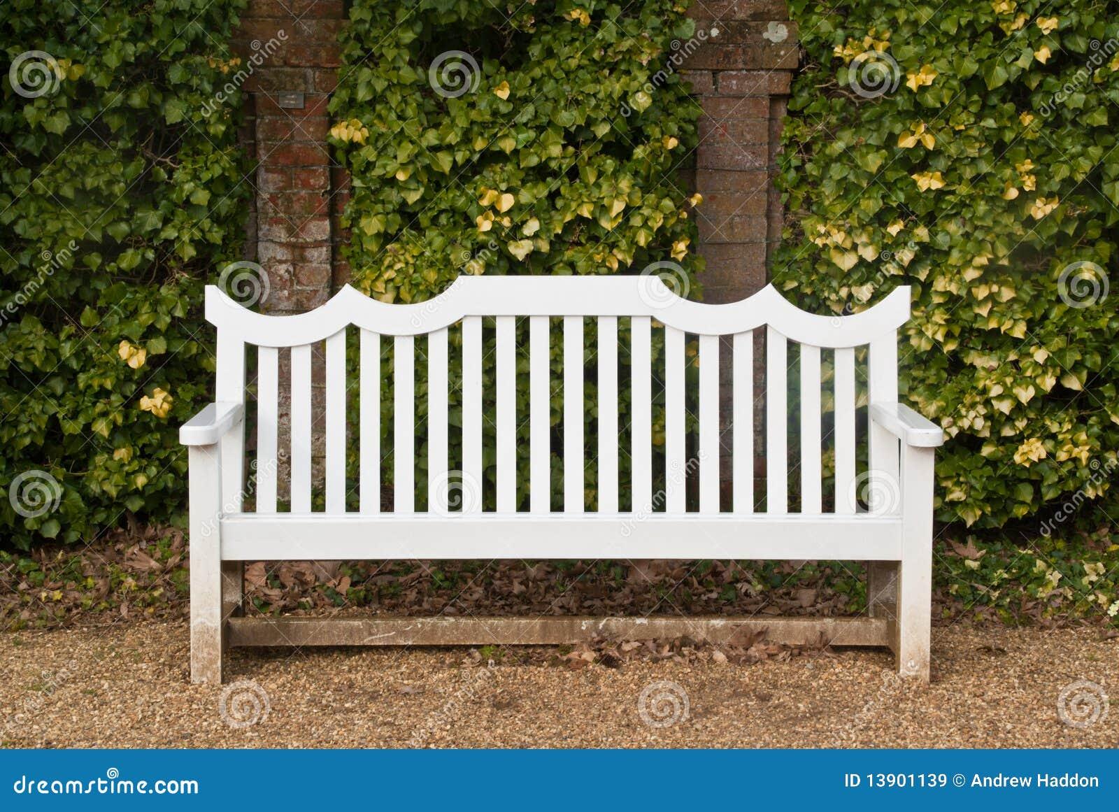 banc blanc devant le mur image stock image du brique 13901139. Black Bedroom Furniture Sets. Home Design Ideas