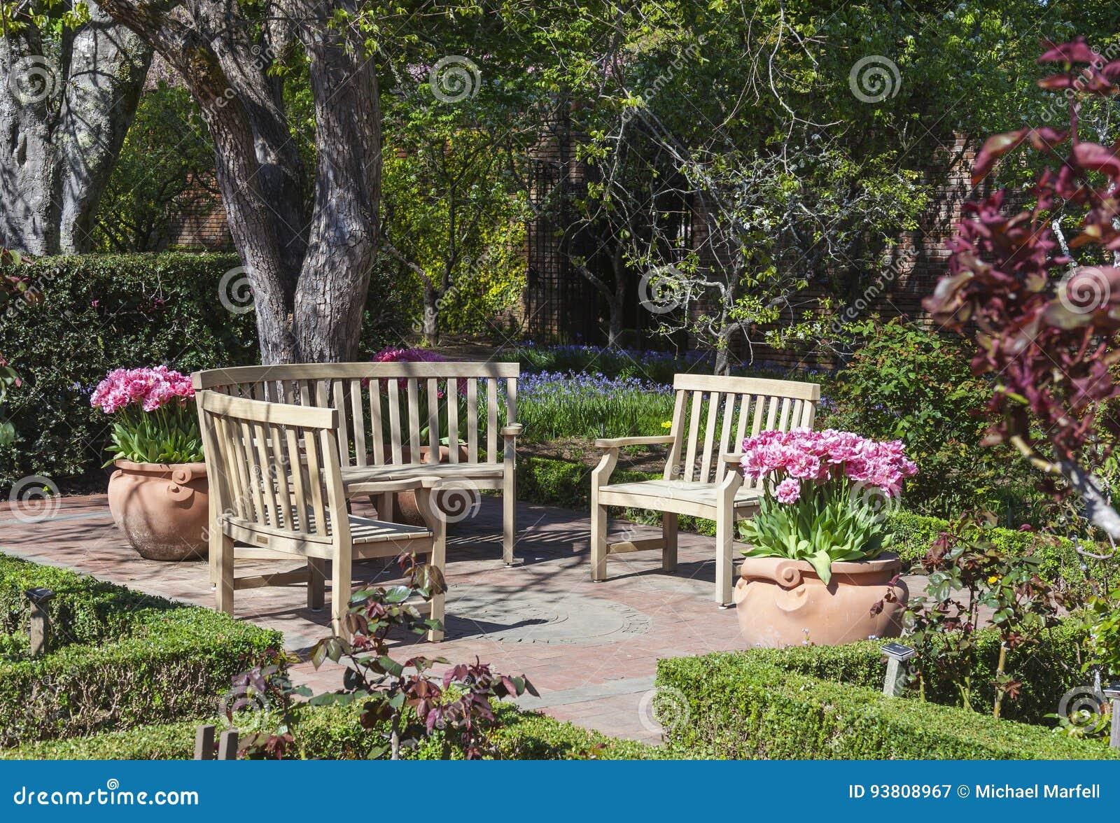 Banc Circulaire De Jardin Image Stock Image Du Personne 93808967