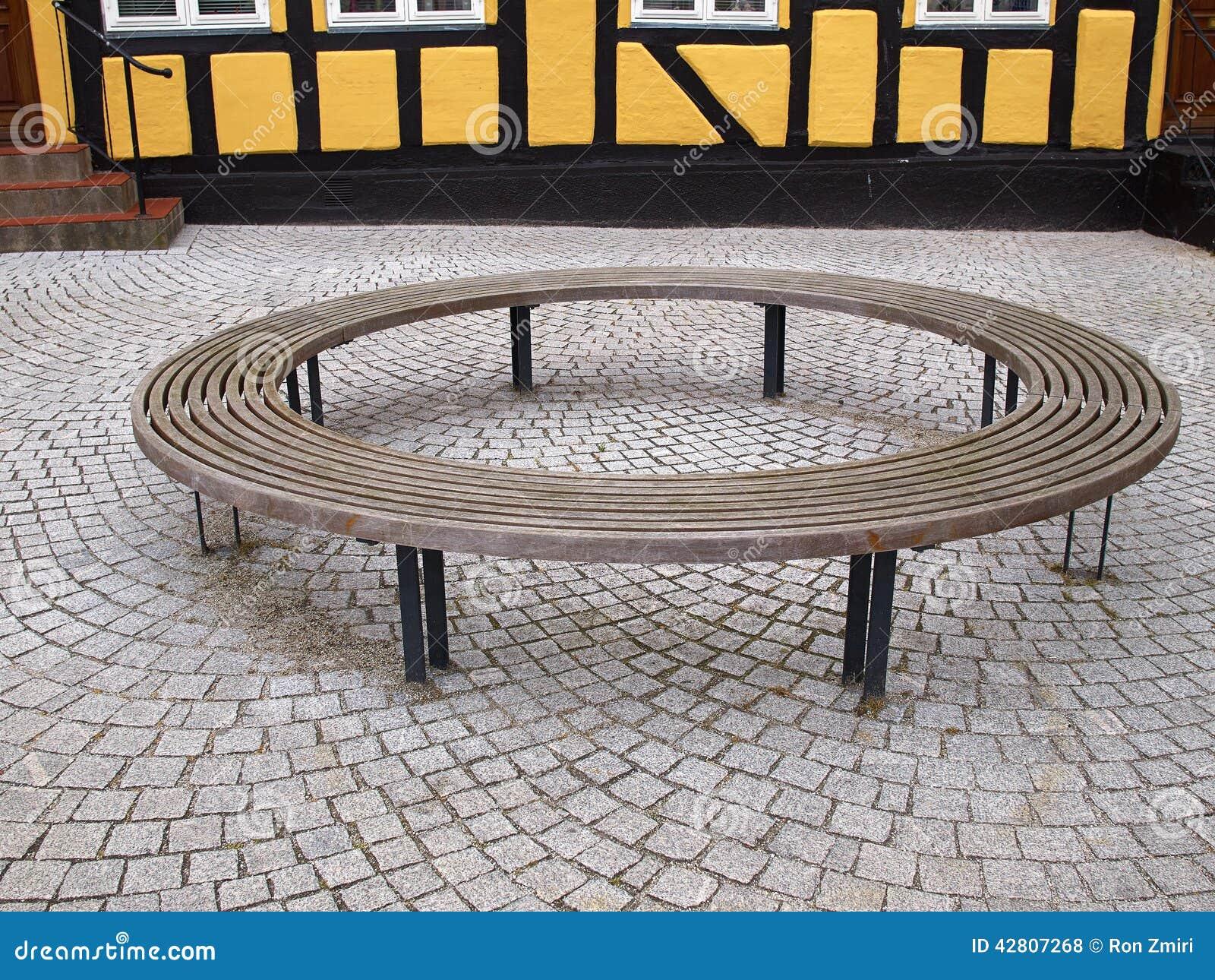 Banc circulaire rond en bois photo stock image 42807268 for Banc de jardin rond
