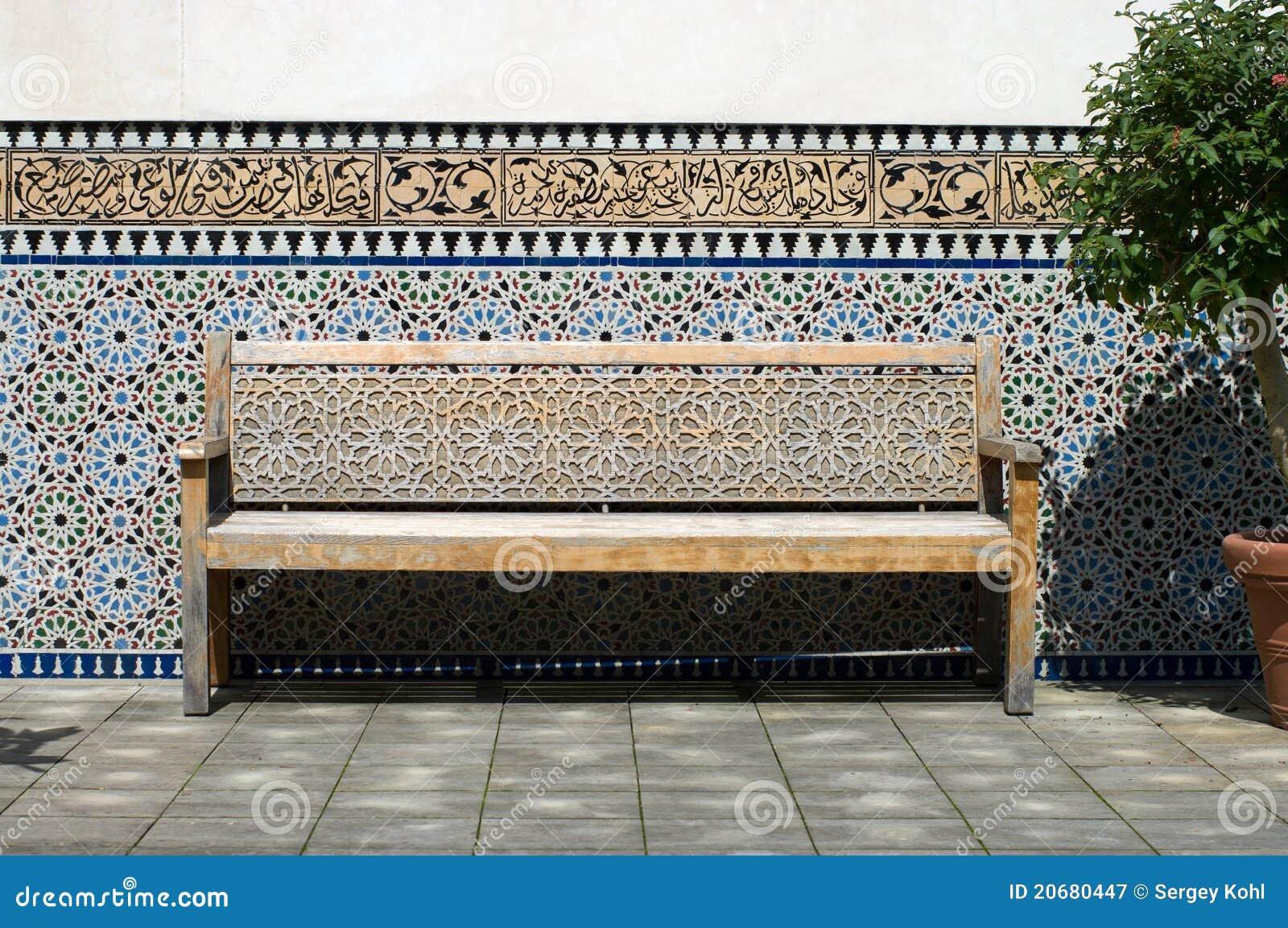 banc dans la cour marocaine image stock image 20680447. Black Bedroom Furniture Sets. Home Design Ideas