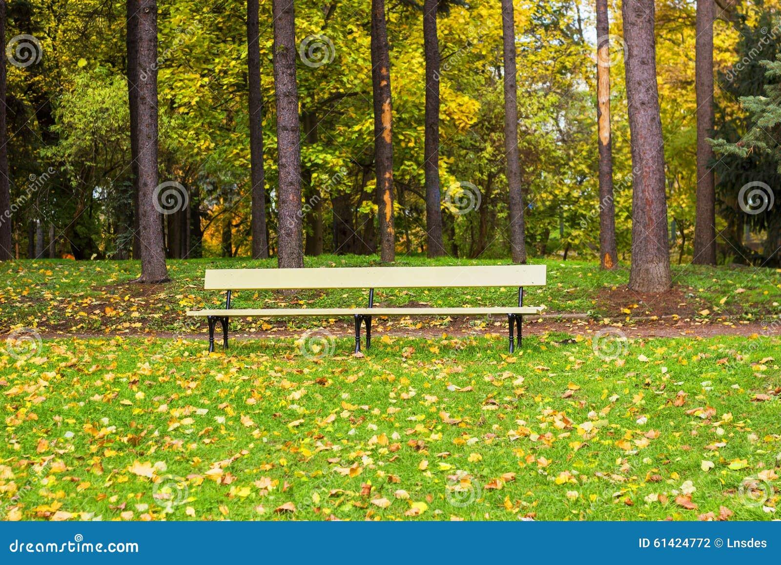 banc de parc en bois photo stock image du personne fond 61424772. Black Bedroom Furniture Sets. Home Design Ideas