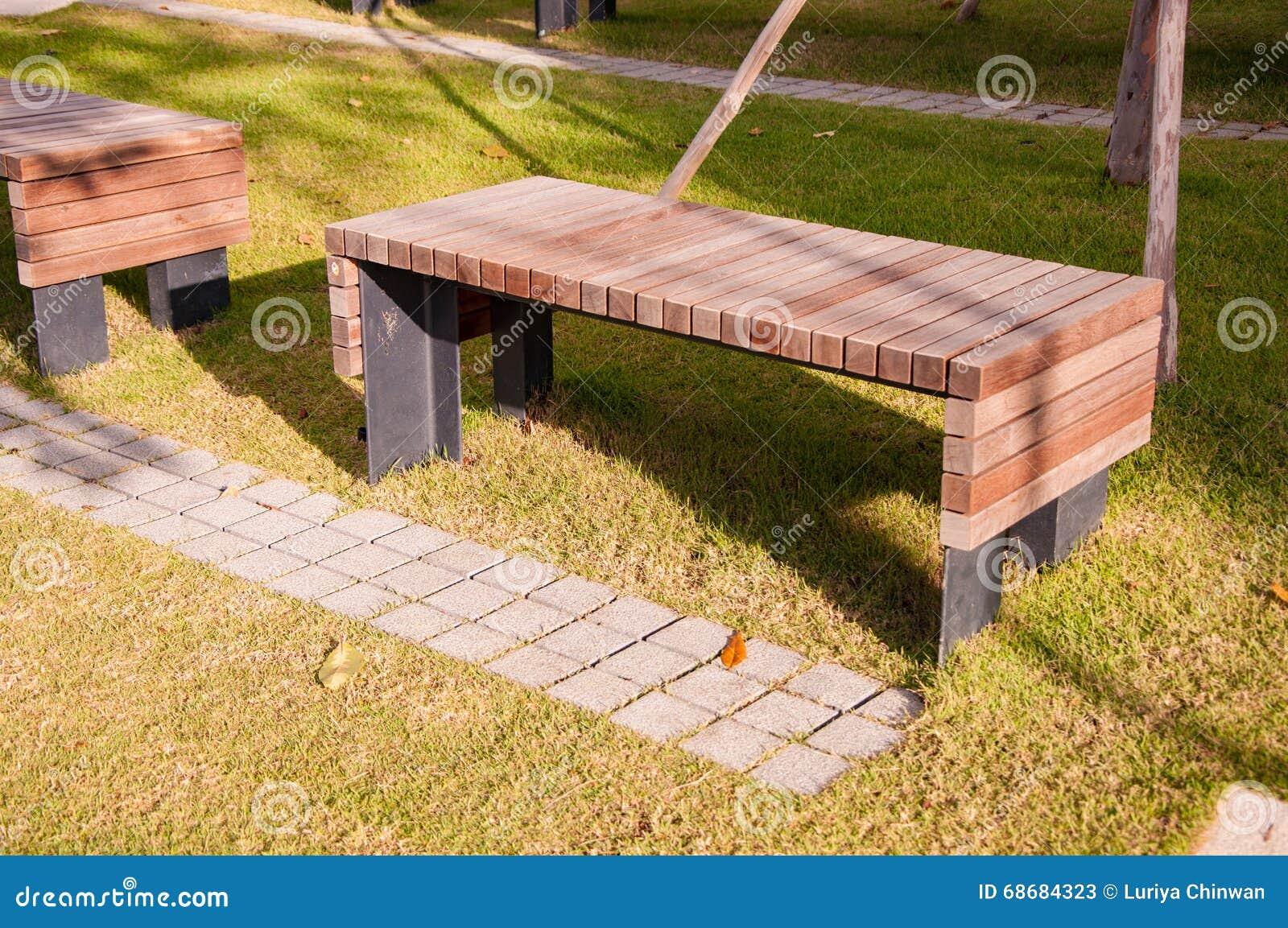 Banc de parc en bois dans le jardin image stock image du for Cendre de bois dans le jardin
