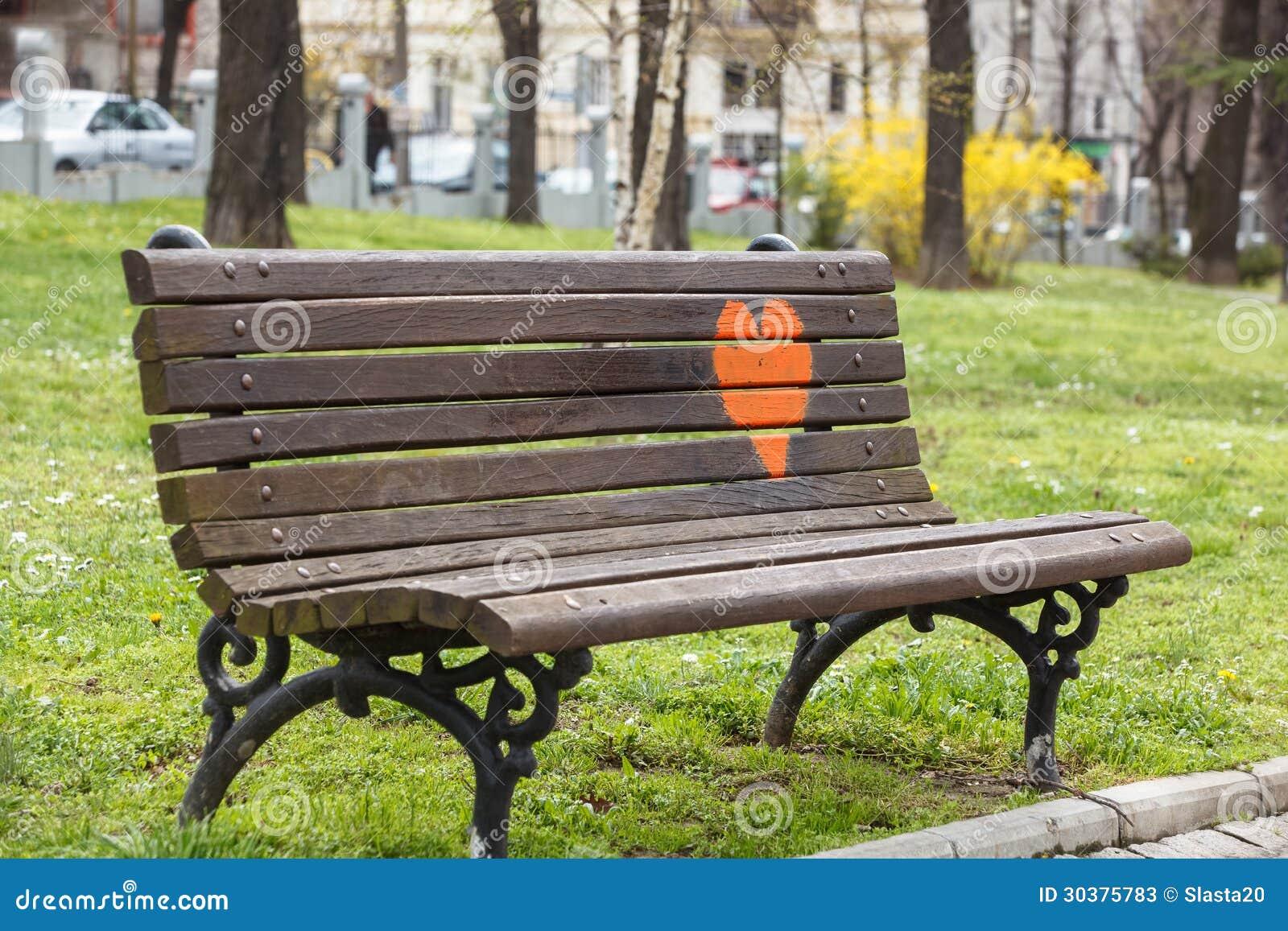 banc de parc en bois un parc avec le coeur rouge peint l dessus photos stock image 30375783. Black Bedroom Furniture Sets. Home Design Ideas