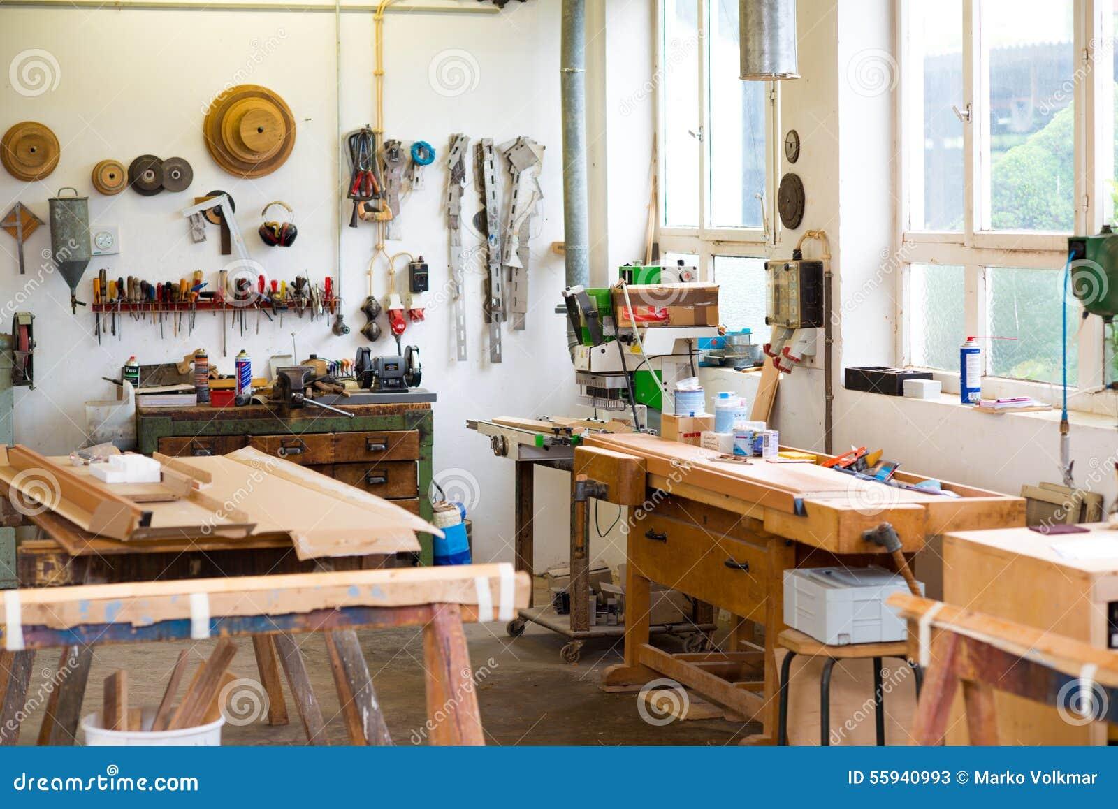 Banc De Travail Avec Des Outils Dans Latelier Du Charpentier Image