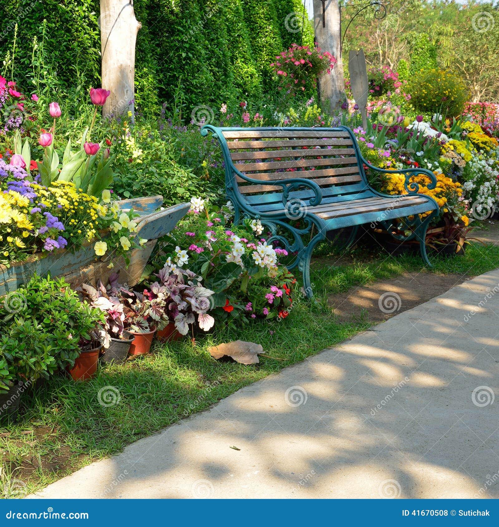 Banc de vintage dans le jardin de fleurs photo stock for Le jardin des fleurs latresne
