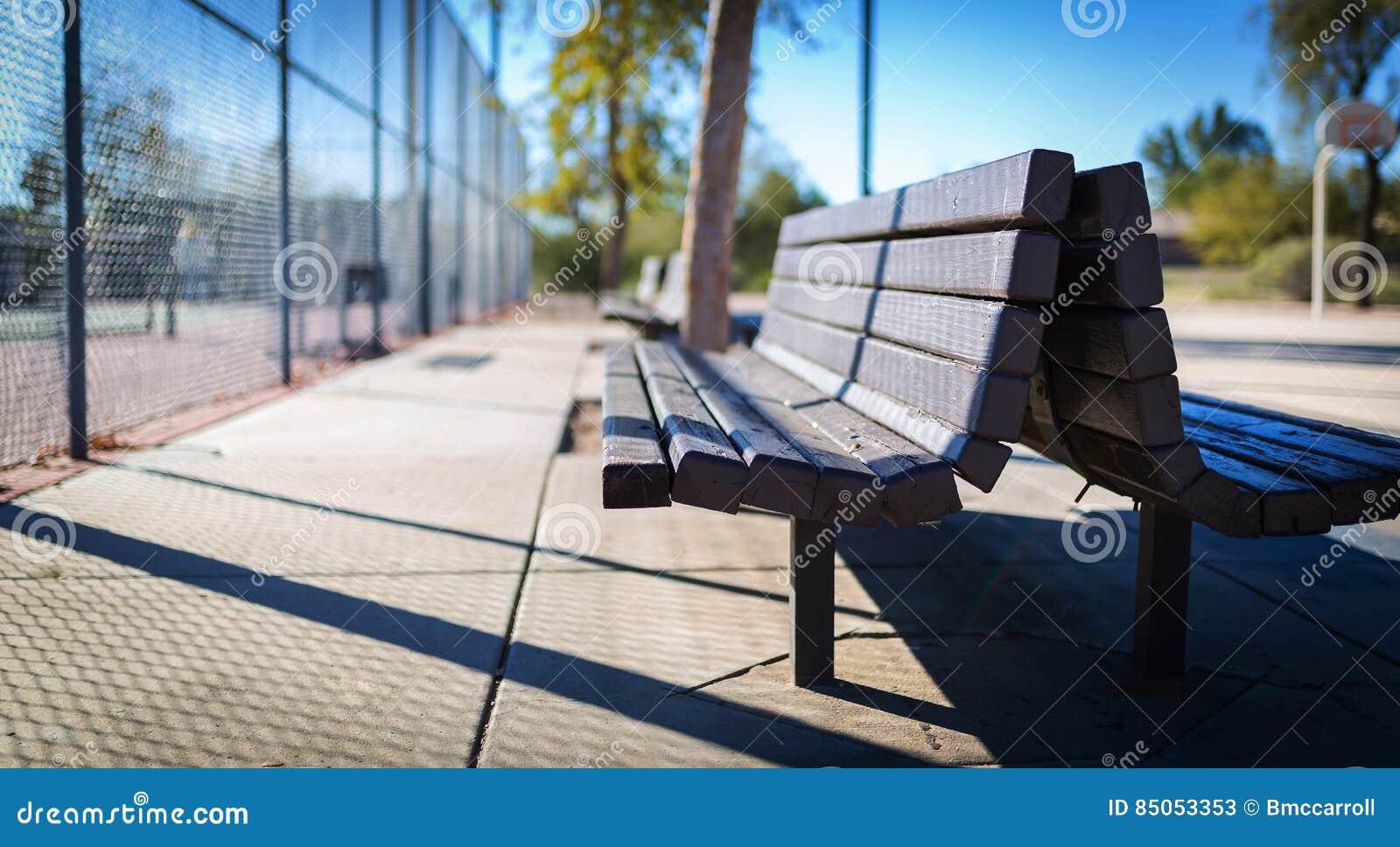 Banc en bois aux courts de tennis