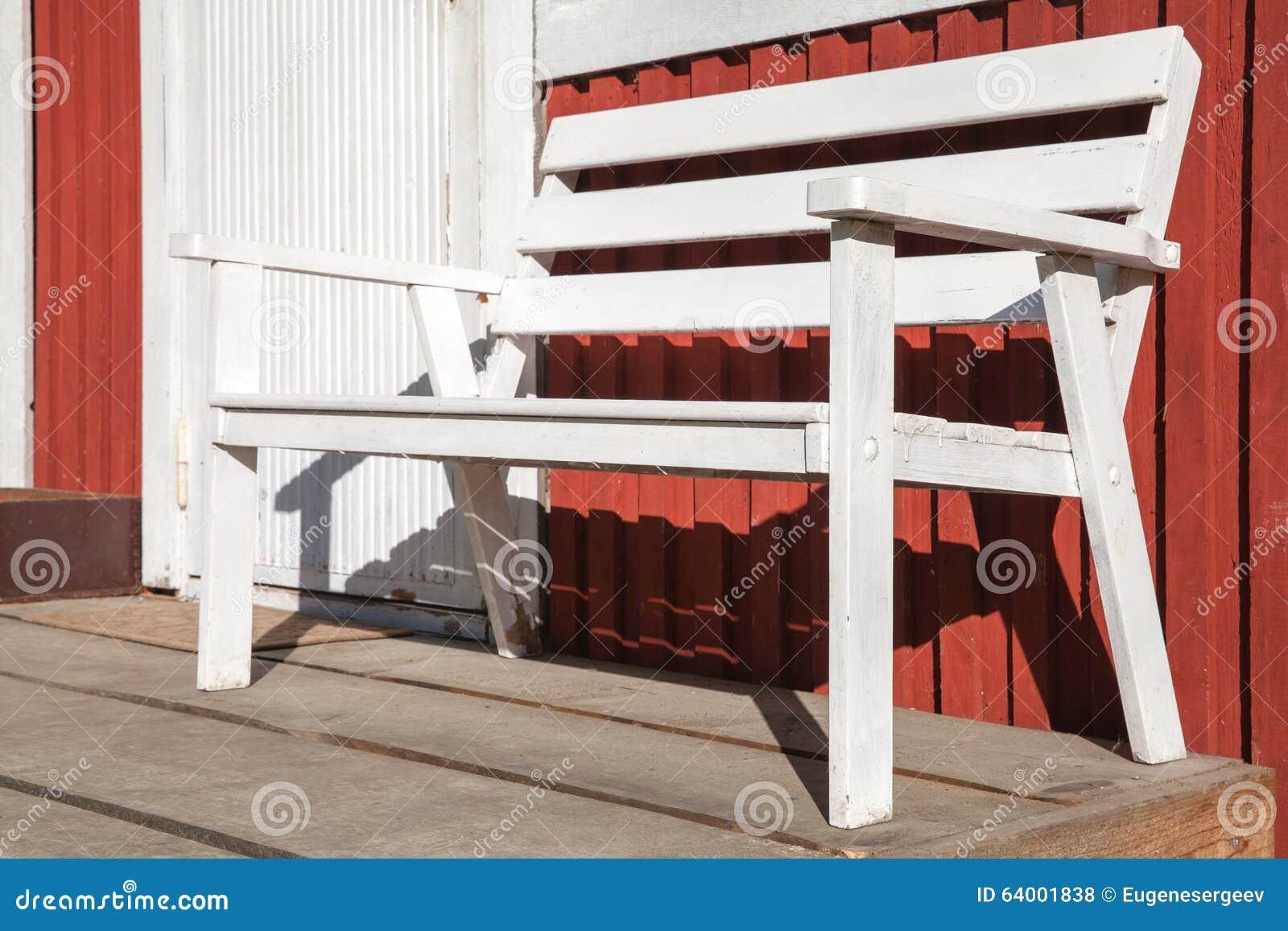 Banc en bois blanc sur la terrasse de la maison en bois rouge photo stock image du type vide - Banc de terrasse en bois ...