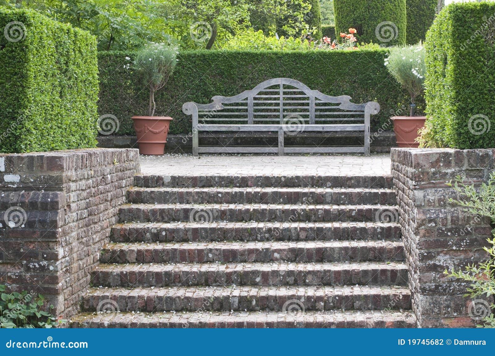 Banc en bois de jardin dans le jardin anglais photographie for Bancs de jardin en bois