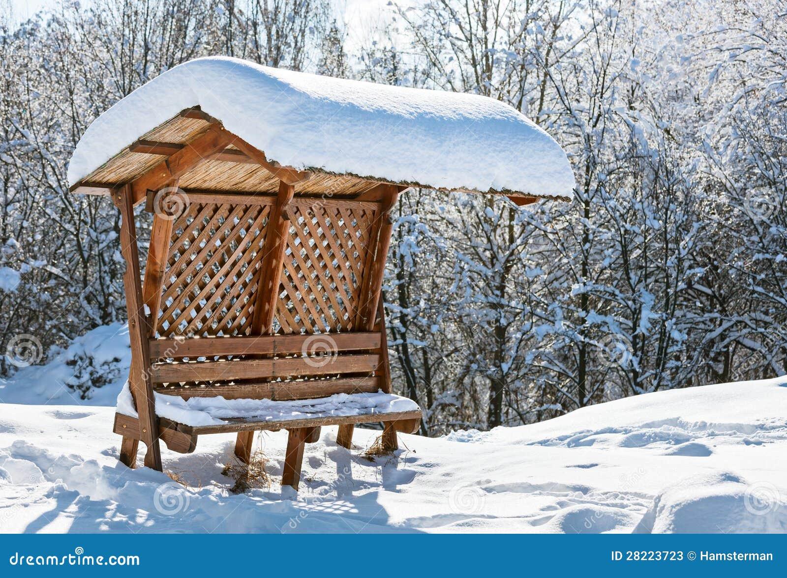 Banc en bois de tente couvert par la neige photos stock image 28223723 - Bois noirci par la pluie ...