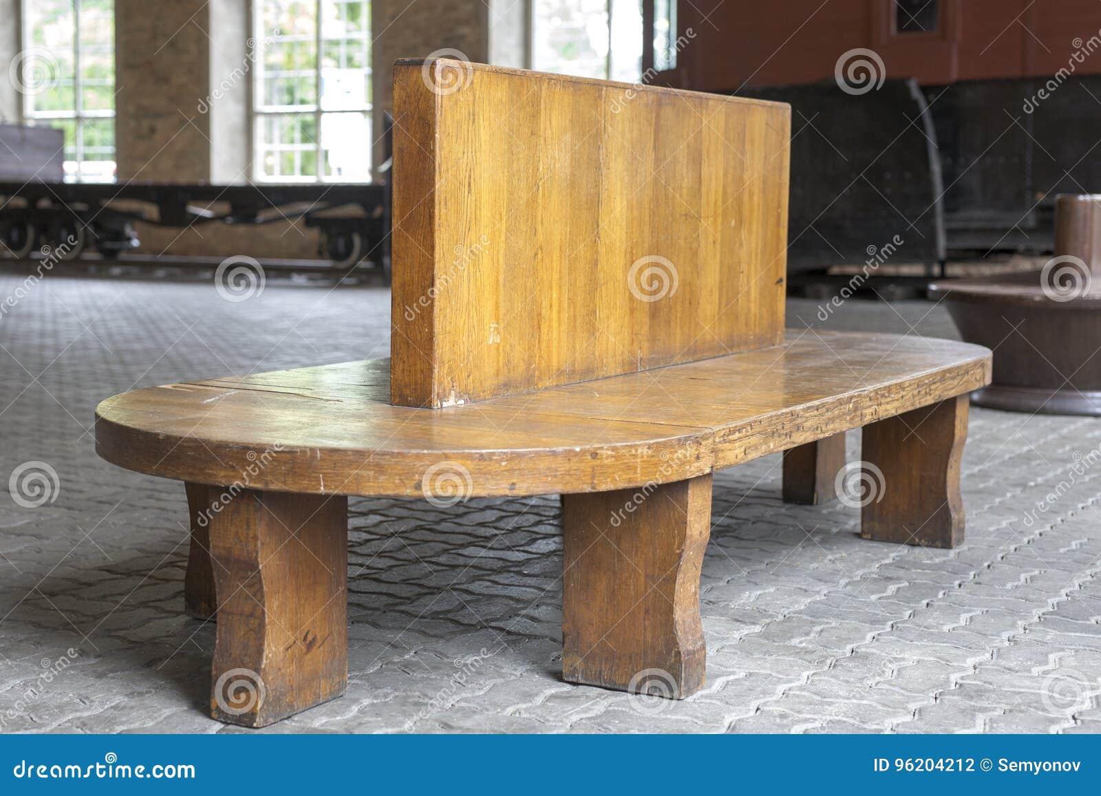 Banc En Bois De Vintage A La Plate Forme Ferroviaire L Allocation