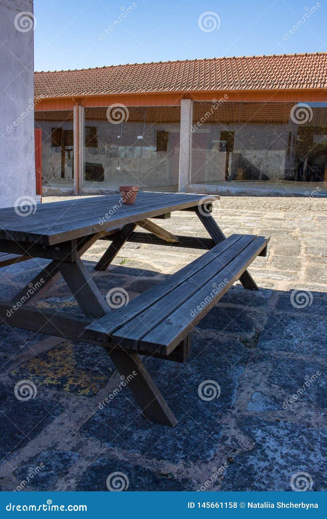 Banc En Bois Et Table Dans L\'arri?re-cour Table De Pique ...