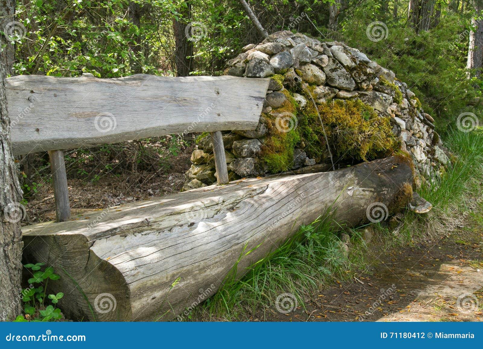 banc en bois et une fontaine en pierre photo stock image. Black Bedroom Furniture Sets. Home Design Ideas