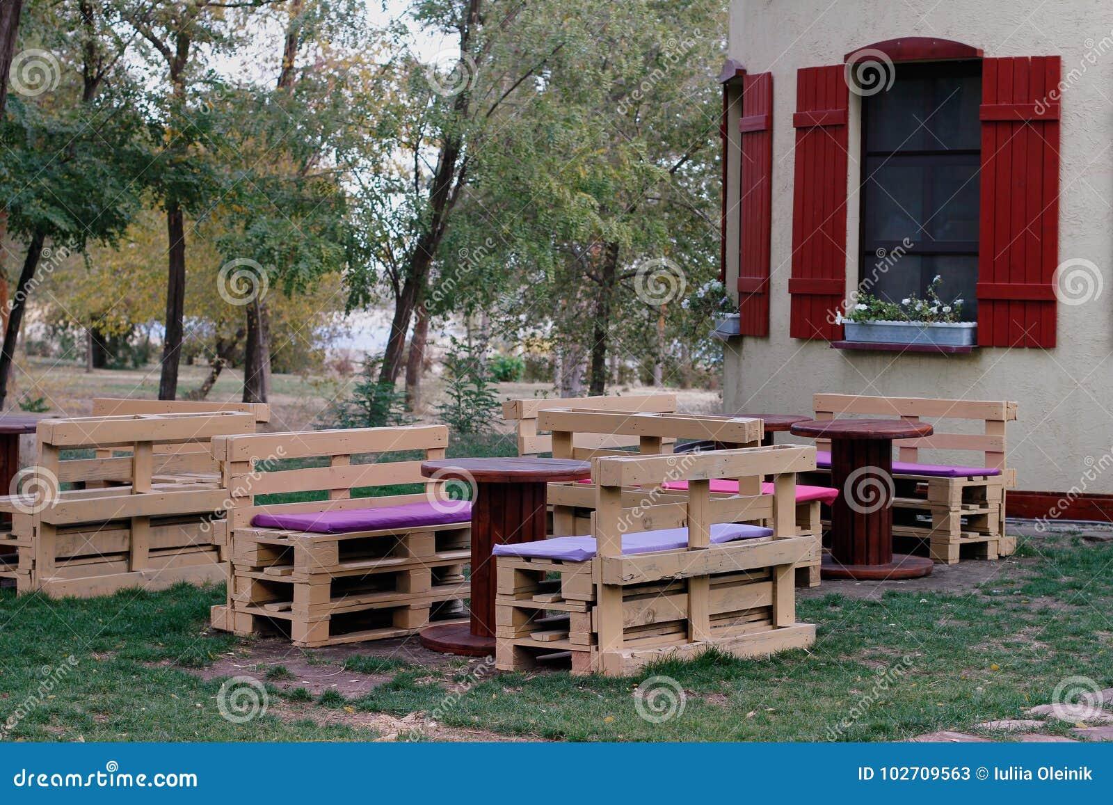 Banc En Bois Fait De Palettes Pour Se Reposer Avec Des Tables Faites à  Partir De