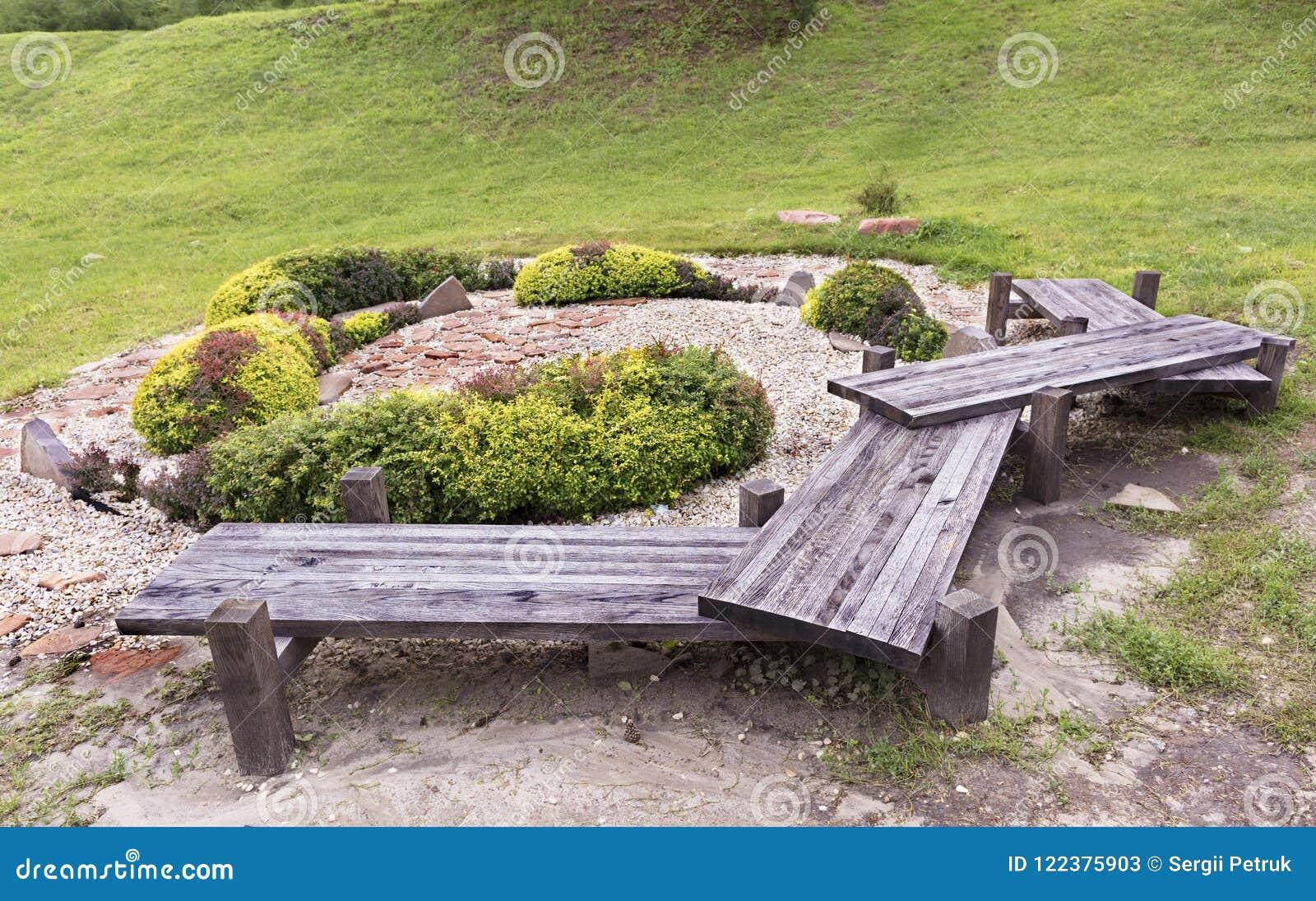 Banc En Bois Original Dans Le Jardin Japonais Des Pierres Image ...
